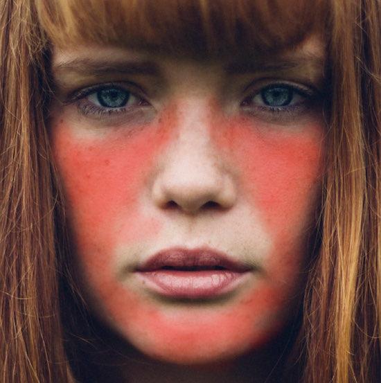 女性の肌をドラッグして赤く塗る