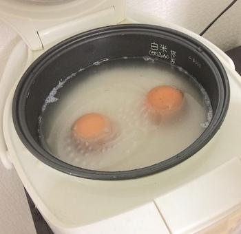 卵を米にさす