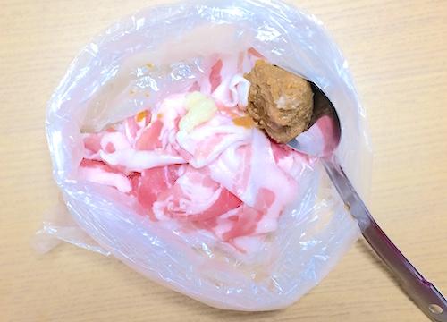 豚肉と調味料をビニール袋へ