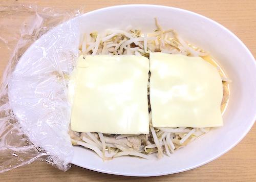 チーズをのせて電子レンジでチン