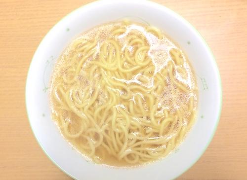 丼に麺とスープを盛る
