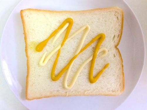 食パンにマヨネーズとマスタードをぬる