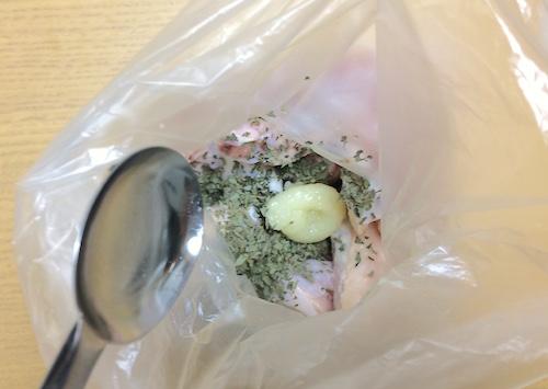 ビニール袋に手羽中と調味料を入れる