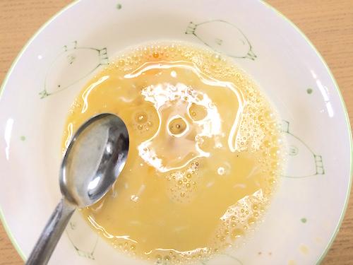 調味料を卵に混ぜる