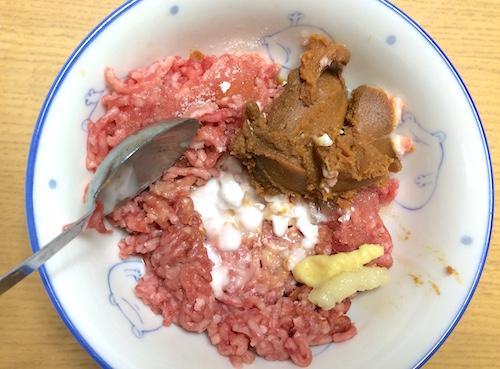 ひき肉に調味料を混ぜる