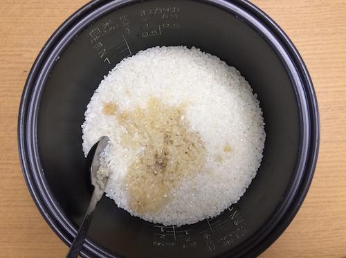 米とめんつゆをお釜に入れる