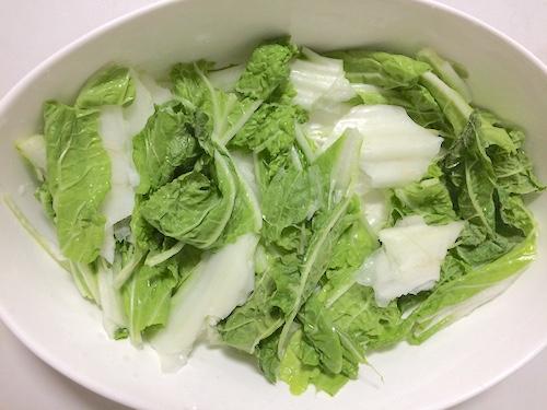 ちぎった白菜を敷く