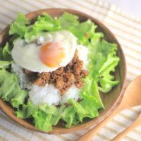 肉そぼろをアレンジ、ロコモコ風ズボラ飯の簡単レシピ